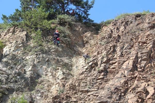 На Байкале подросток застрял на 30-метровой скале