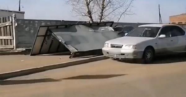 В Улан-Удэ молодой водитель снёс остановку