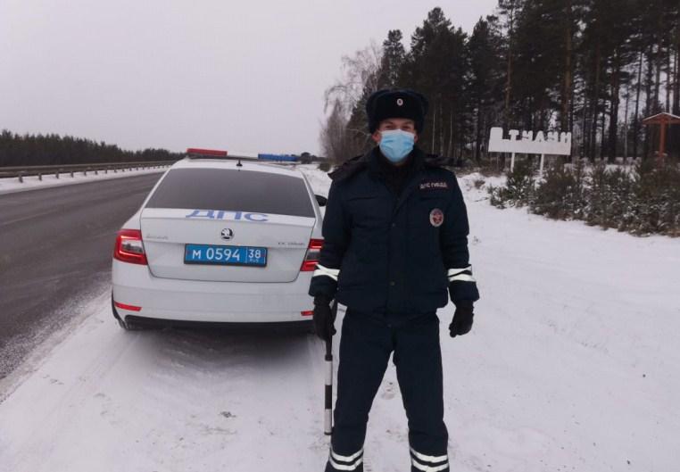 В Иркутской области дальнобойщики встретили новый год на морозе в заглохшей машине