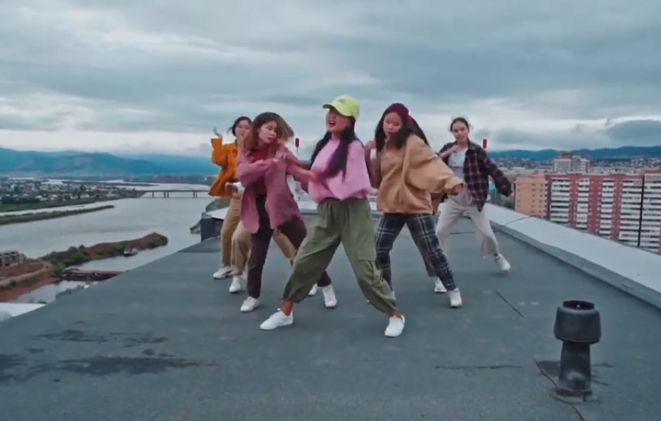 В Бурятии сняли клип с танцующими на крыше подростками