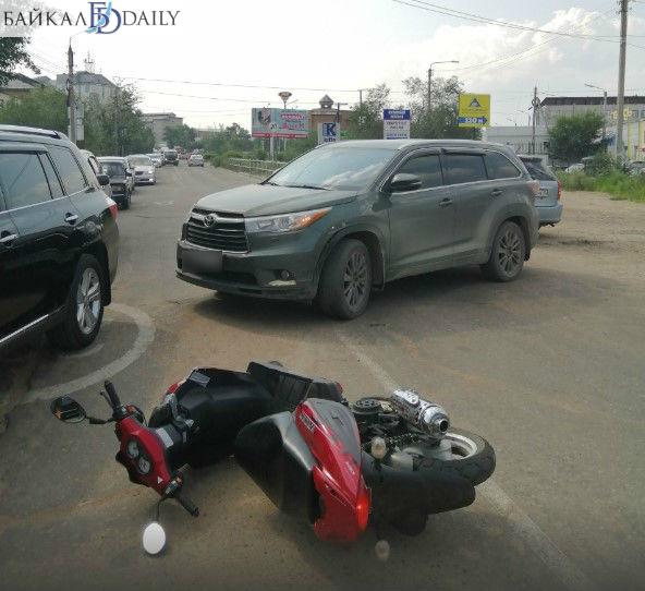 В Улан-Удэ мопед перевернулся после столкновения с кроссовером