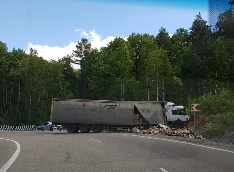 В Иркутской области водители разграбили фуру с тушёнкой, попавшую в ДТП