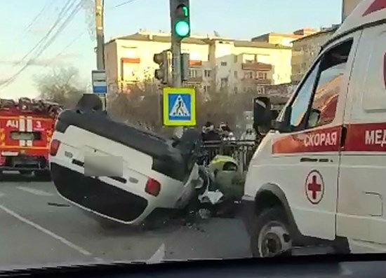В Улан-Удэ автомобиль врезался в остановку и перевернулся