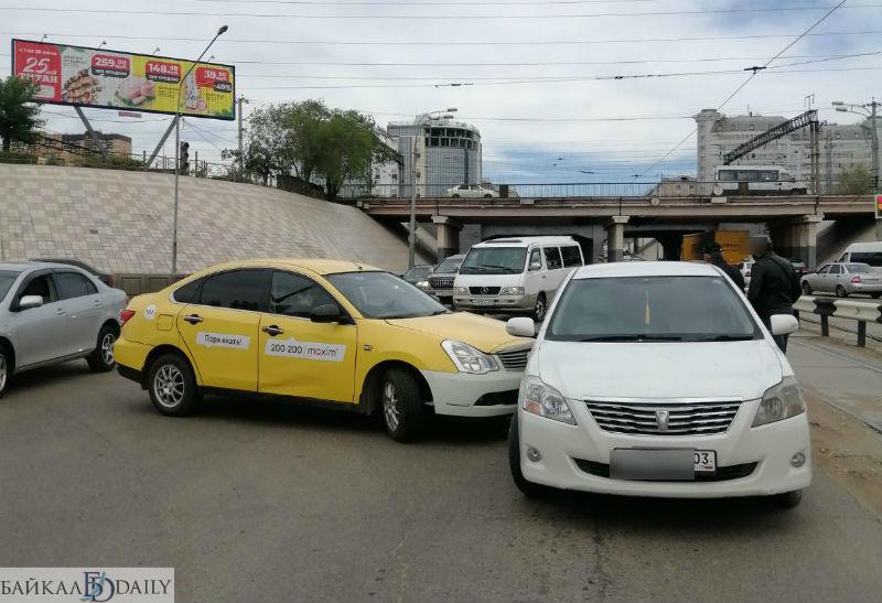 В центре Улан-Удэ ДТП с такси перекрыло дорогу