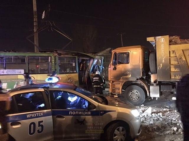 В Иркутске в аварии с грузовиком и трамваем пострадала девушка
