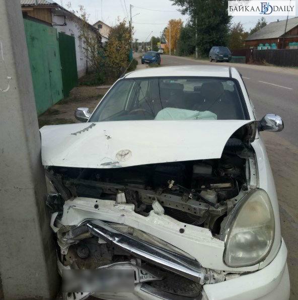 Улан-удэнец врезался в другую машину и в столб