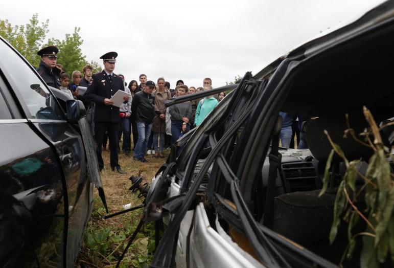 Таксистов в Иркутске водят на выставку разбитых машин
