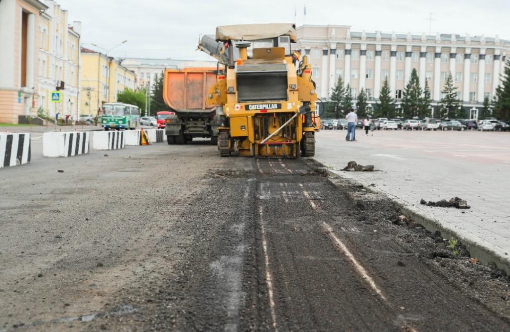 На площади Советов Улан-Удэ переделывают асфальт