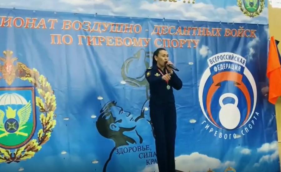 Бурятская певица увлеклась гиревым спортом