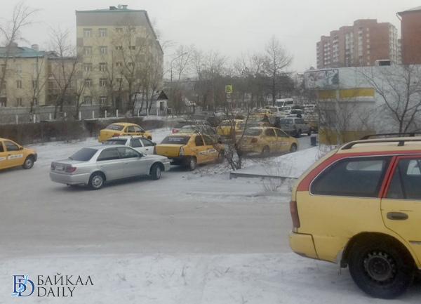 Улан-удэнские таксисты окружили офис такси «Максим»