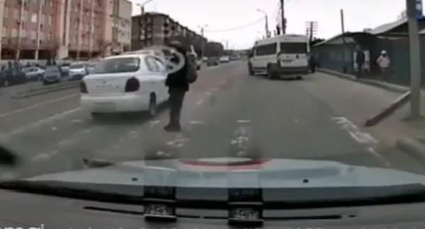 Чудом уцелел: В Улан-Удэ на «зебре» едва не сбили пешехода