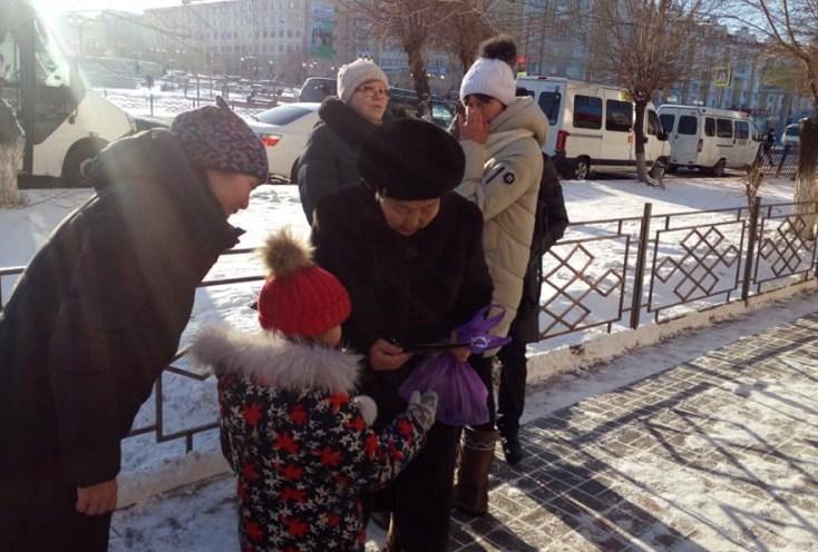 В Бурятии детсадовцы дарили подарки прохожим