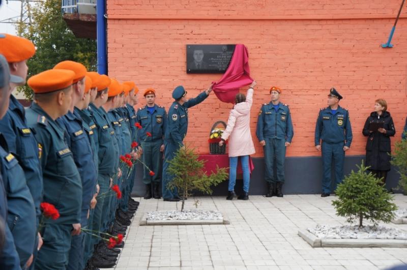 Мемориал в честь погибшего на взрыве пожарного открыли в Иркутской области
