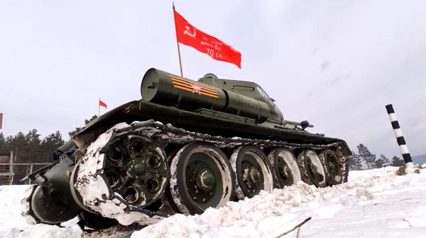 В Бурятии чемпионы танкового биатлона совершили заезд на танке Т-34