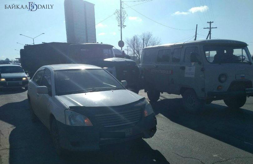 В Улан-Удэ перед Селенгинским мостом произошло тройное ДТП