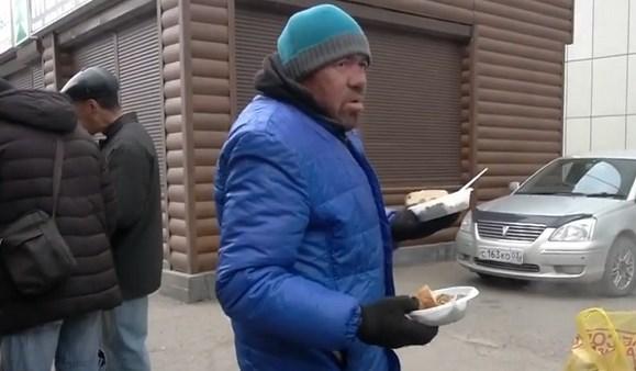 На улицах Улан-Удэ бесплатно кормят голодных людей: видео