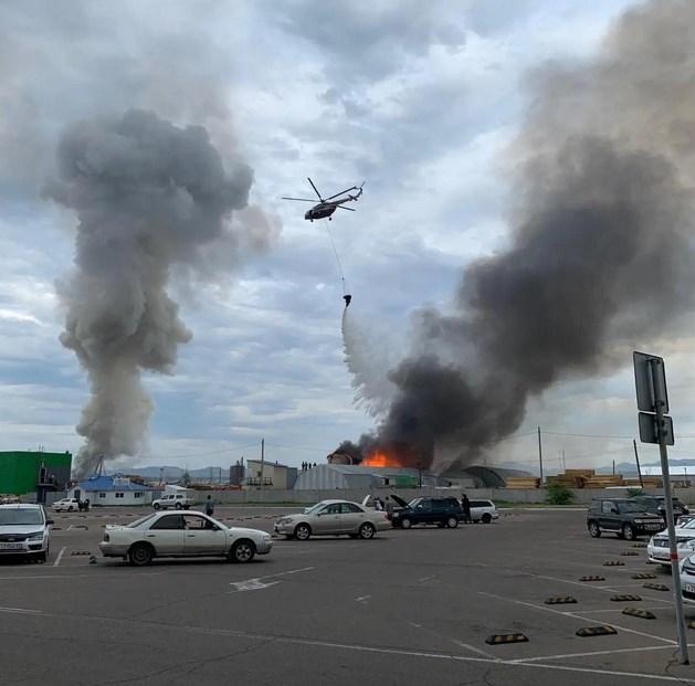 Вертолёт тушит крупный пожар в Улан-Удэ: фото, видео
