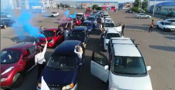 Российский триколор составили из автомобилей в Улан-Удэ