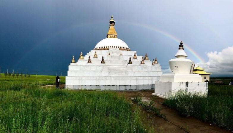 В Бурятии над святыней буддизма засняли полную радугу
