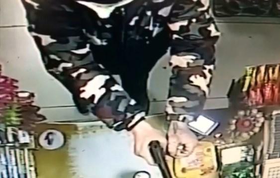 В Чите преступник с пистолетом и гранатой напал на магазин