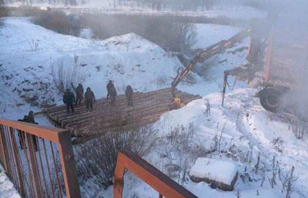 В Иркутской области восстановлено движение у моста, обрушенного лесовозом