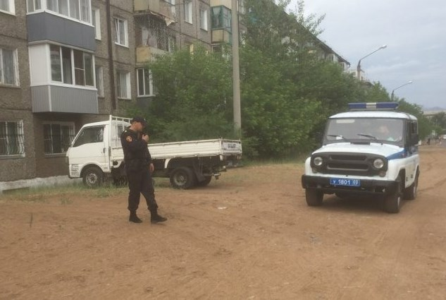В Улан-Удэ вора задержали, когда он нёс аккумулятор