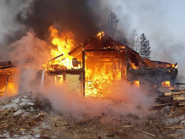 В Бурятии пожарные предотвратили взрыв газового баллона
