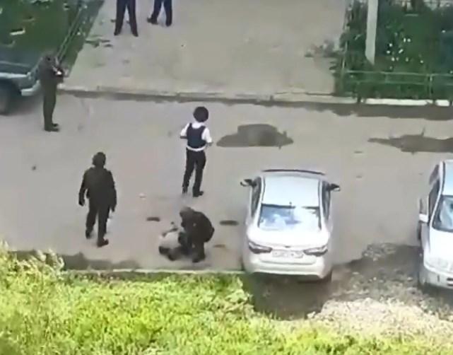 Неадекватный иркутянин открыл стрельбу по машинам (видео)