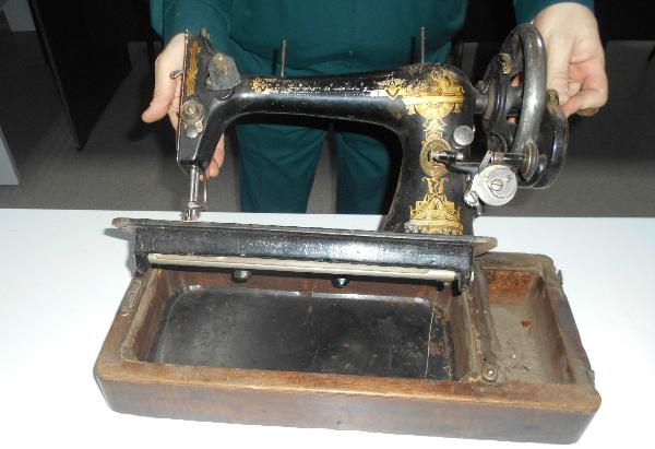 В Бурятии у жителя Монголии изъяли столетнюю швейную машинку