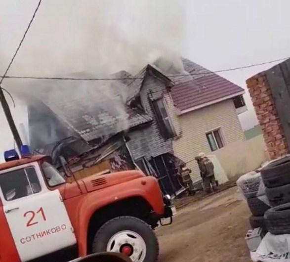 В пригороде Улан-Удэ горел дом с гаражом. Видео