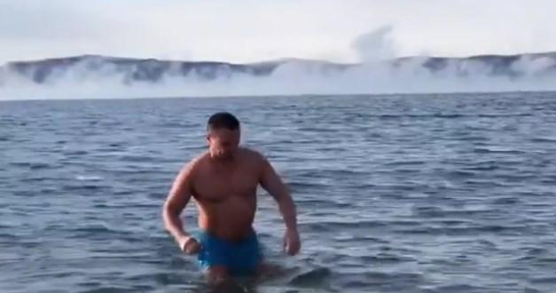 Мэр Иркутска искупался в зимнем Байкале