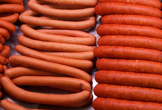 В Бурятии утилизировали три тонны фальшивых сосисок и колбасы