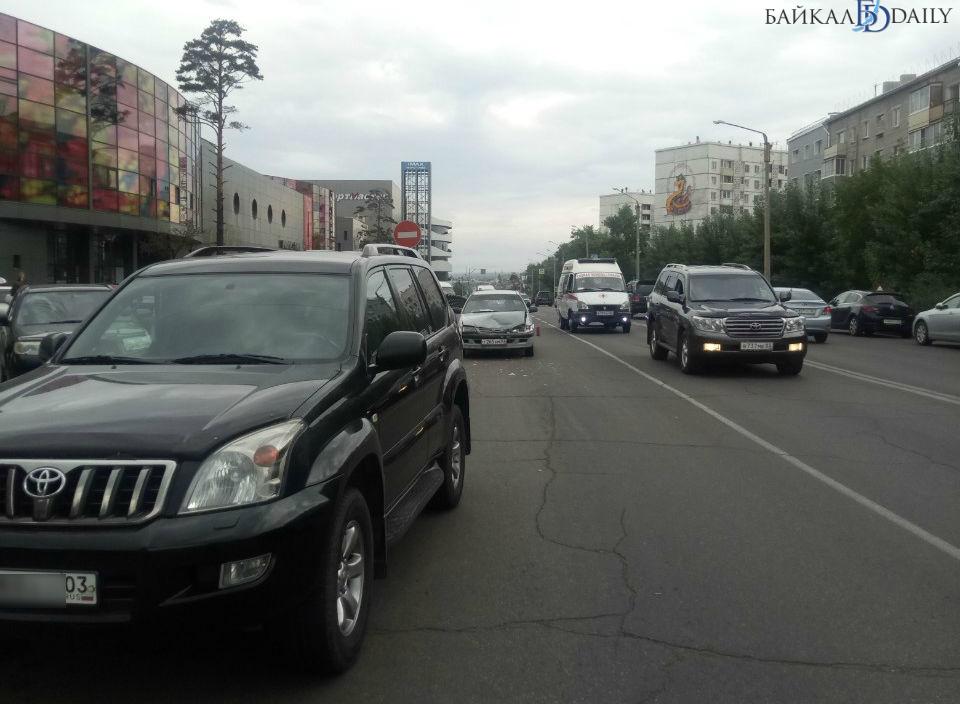 В Улан-Удэ «Лэнд Крузер» помял «Премио» в ДТП