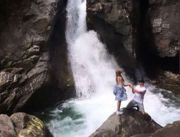 В Бурятии парень сделал предложение любимой на водопаде