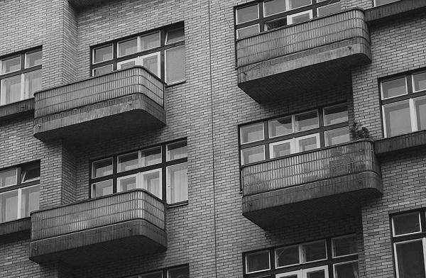 В микрорайоне Улан-Удэ мужчина сорвался с балкона пятого этажа