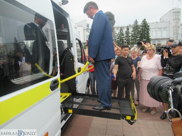 Глава Бурятии опробовал подъёмник автомобилей для обслуживания пенсионеров