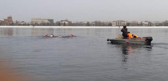 Иркутяне переплыли зимнюю Ангару