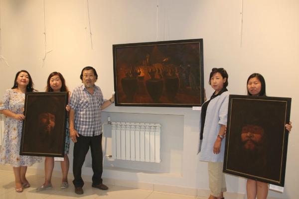 Художник Чингиз Шенхоров подарил бурятскому музею свои картины