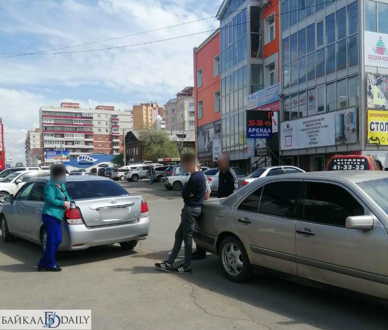 В Улан-Удэ водитель «Мерседеса» совершил аварию задним ходом