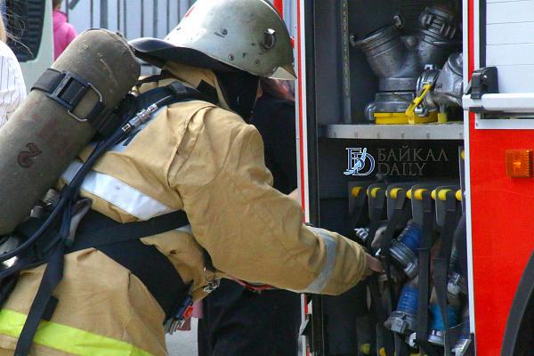 В Бурятии из-за крупного пожара едва не сгорели два дома