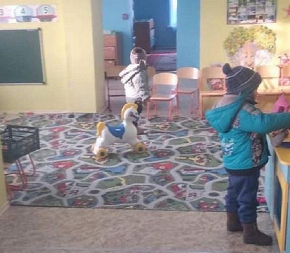 В Бурятии из-за холода в детсаду малыши ходят в куртках и шапках