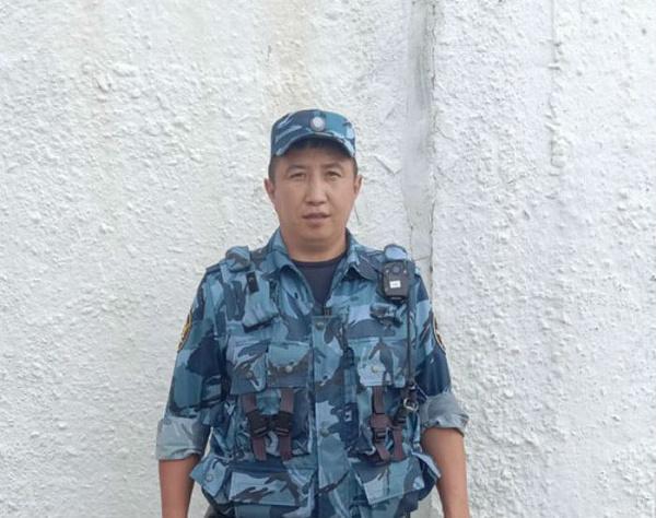 Улан-удэнец поймал упавшую с третьего этажа девочку
