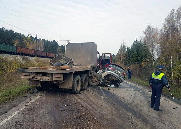 Два человека погибли при лобовом столкновении с грузовым автомобилем вПриангарье